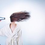 美容師が教える髪の毛を早く乾かす方法8選とおすすめグッズを紹介